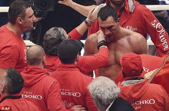 Кличко выглядит расстроенным после потери своего пояса чемпиона.