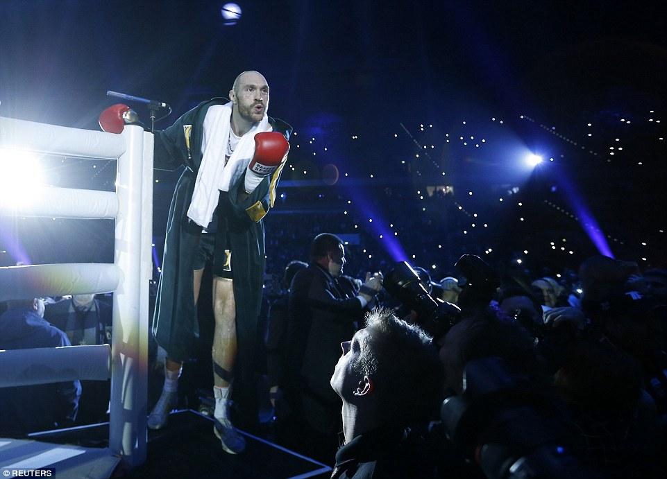Фьюри посылает воздушный поцелуй своим поклонникам перед выходом на ринг.