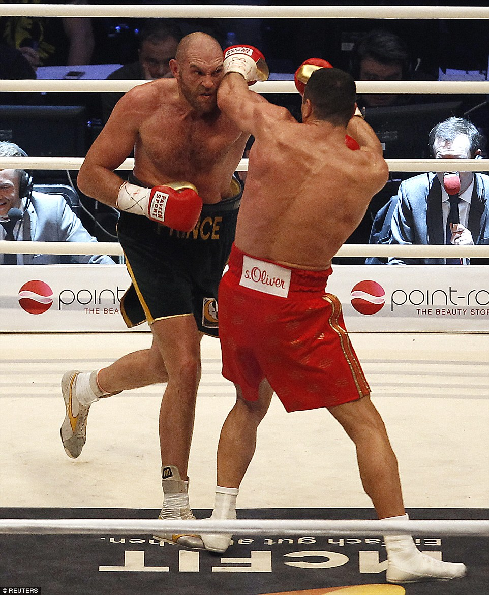 2EE3B5CA00000578-3338106-Fury_didn_t_allow_Klitschko_to_settle_and_the_Ukrainian_looked_r-a-8_1448797981497