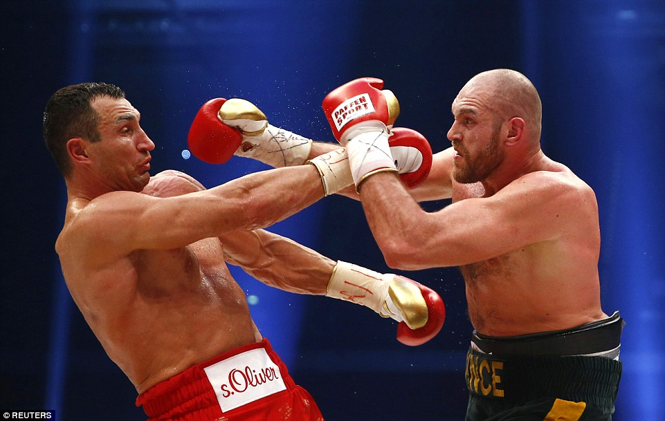 2EE3B77600000578-3338106-In_Round_9_Klitschko_made_an_error_after_turning_his_back_to_the-a-12_1448798122204
