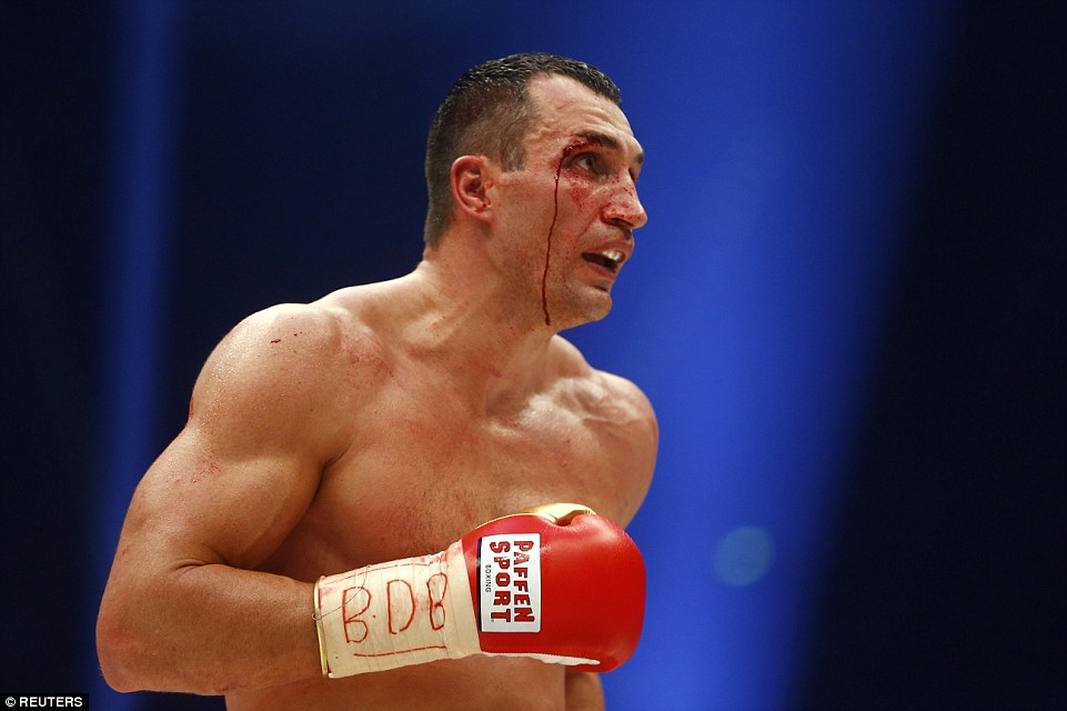 2EE3BD0F00000578-3338106-Klitschko_bled_profusely_from_his_face_after_being_cut_the_39_ye-a-93_1448799030334