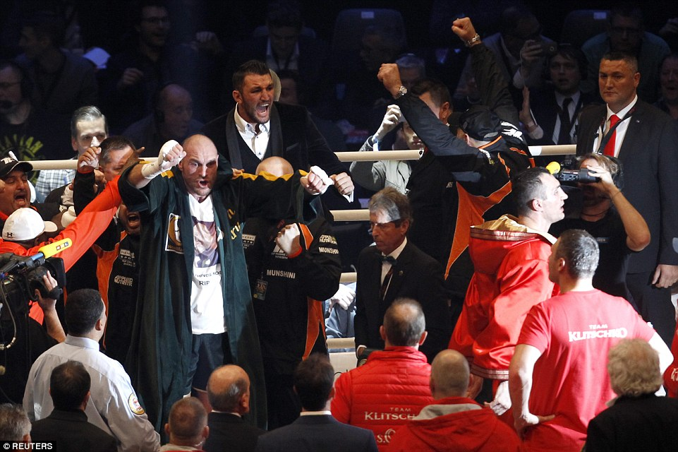 2EE3C33A00000578-3338106-Tyson_Fury_erupts_in_delight_after_defeating_Wladimir_Klitschko_-a-103_1448799095170